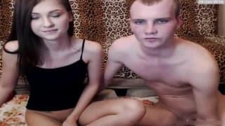 Una giovane coppia dilettante in webcam
