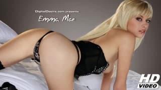 Emma Mae una bionda sexy si da carezze