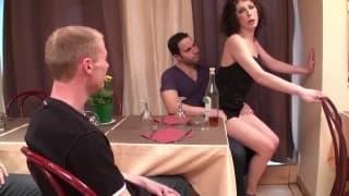 Un trio in cucina con una donna matura