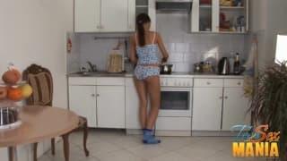 Giovane brunetta presa in cucina