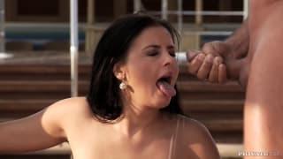 Una brunetta si diverte a bordo piscina