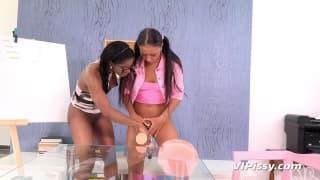 Bailey e Jasmine Webb si pisciano addosso