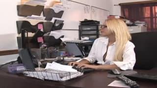Una segretaria troia che sa cosa fare