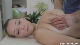 Lucy Wilde riceve un bel massaggio