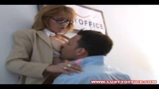 Pato la segretaria che scopa con il capo