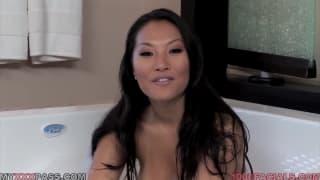 La bella Asa Akira si masturba e succhia
