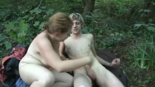 Una matura in mezzo al bosco