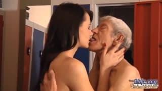 La bella Eva Strauss con un vecchio