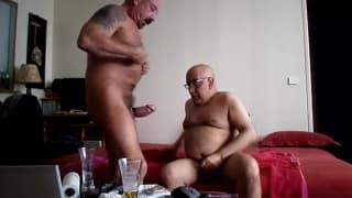 Una scena gay tra due uomini amatoriali
