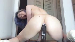 Porca si masturba il culo con un dildo