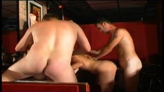 Orgia in un locale per due troiette