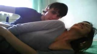 Giovane bruna con il suo uomo per porno