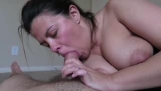 Una grande gola profonda di una brunetta