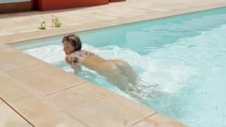 Una ragazza che si masturba in piscina