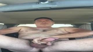 Uomo maturo si masturba in macchina