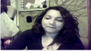 Si mette davanti alla webcam
