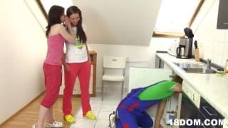 DUe ragazze sottomettono l'idraulico