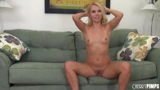 Aaliyah Love si masturba sul divano