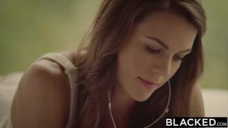 Ally Tate gode con un nero