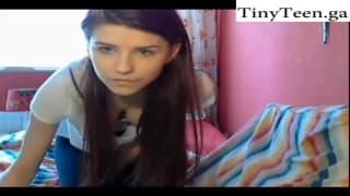 Una bella scena di una giovane in webcam