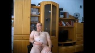 Un gay che si masturba da solo