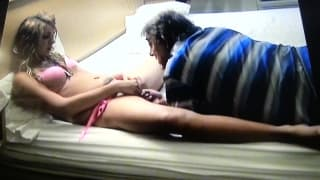 Un vecchio che si fa succhiare il cazzo