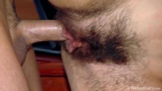 Lui adora la sua vagina pelosa