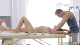 Un massaggio erotico per questa ragazza