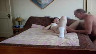 Una ragazza scopata a letto per bene