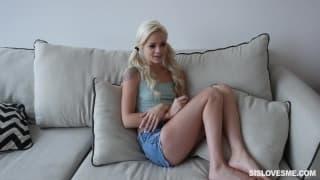 Elsa Jean è una biondina sensuale