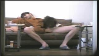 Questi due si filmano sono sul divano