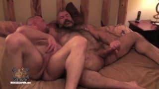 Due gay si penetrano in bareback