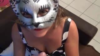 Una donna mascherata che scopa