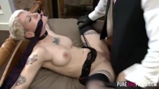 Una coppia arrapata che adora il bondage