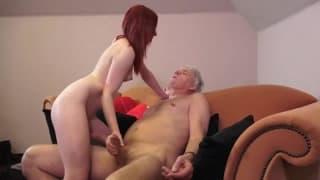 Giovane dai capelli rossi con un vecchio