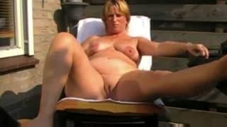 Una matura che si masturba all'aperto