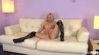 Aaliyah Love ama toccarsi sul divano