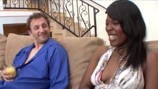 Una scena interrazziale con una nera