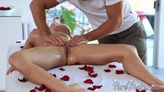 Massaggio eccitanmte per Kiera King