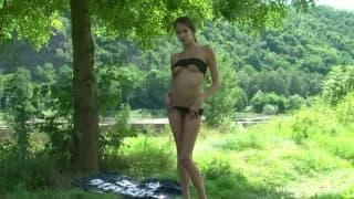 Una troia in bikini in mezzo alla natura