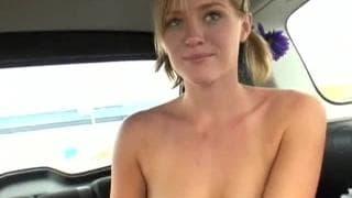 Una biondina scopata in macchina