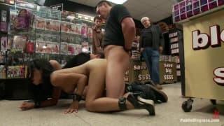 Cassandra si fa penetrare in un sexyshop