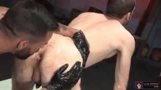 Guarda come scopa il suo collega nel culo