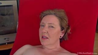 Romana Sweet adora esibire la figa pelosa