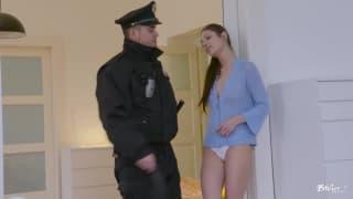 Due giovani con un poliziotto !