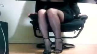 Seduta in ufficio ci mostra la figa