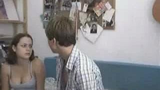 Una coppia di giovani che scopa