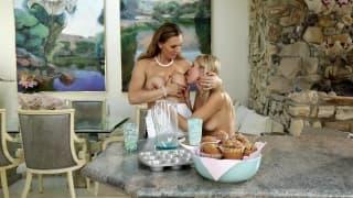 Scarlett e Tanya sono occupate in cucina