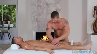 Massaggio molto erotico per una bruna