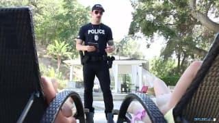 Queste due fanno godere questo poliziotto